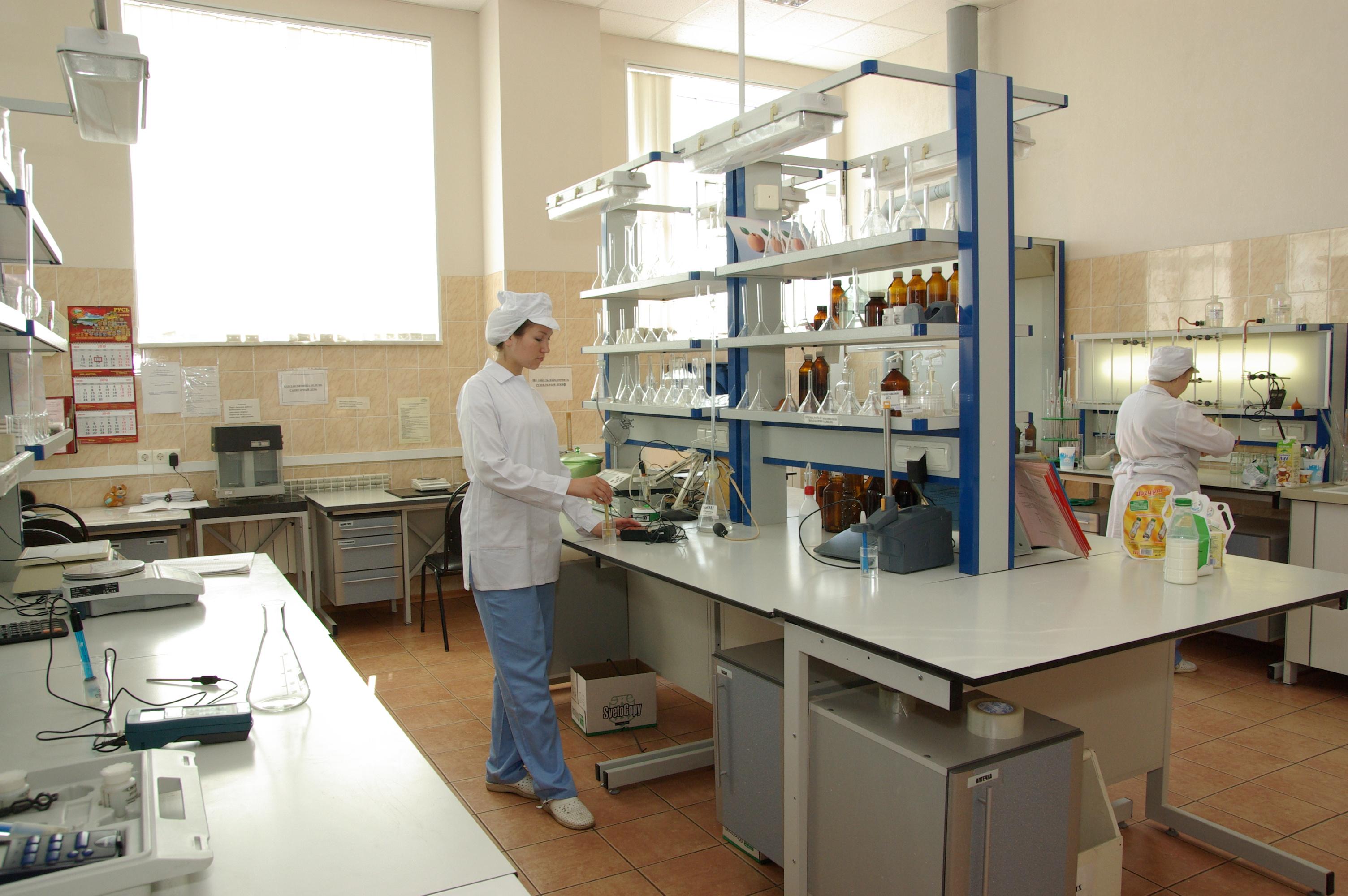 Лаборатория состоит из двух частей: физико-химического и микробиологического отделений